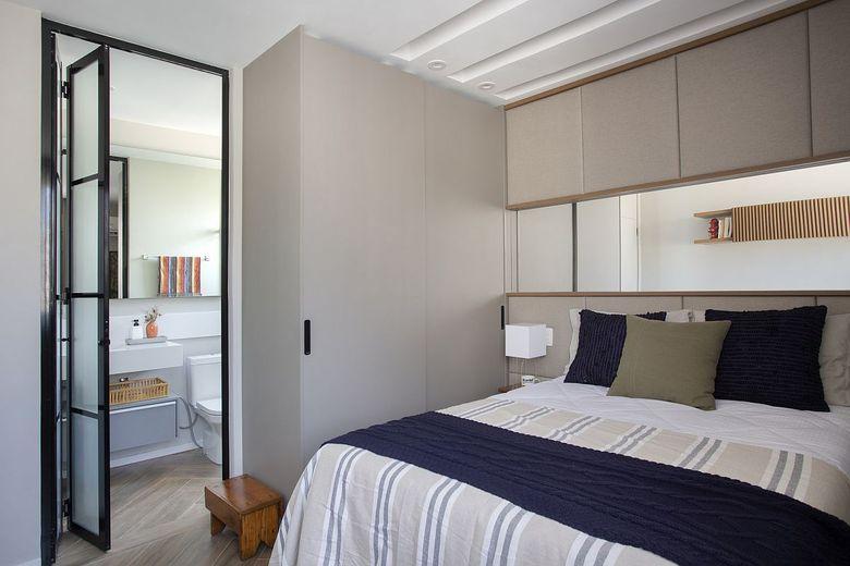 Бело серый фон спальня с ванной
