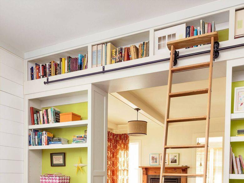 Идеи для спальни книжная полка над дверью