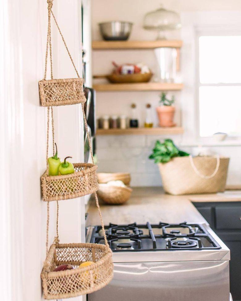 Кухня в стиле ретро многоярусная вешалка для растений