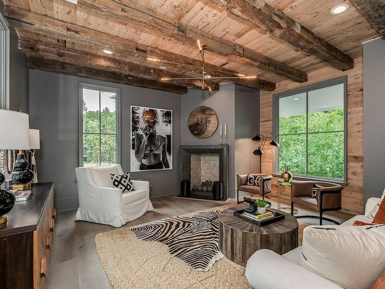 Цвет стен в гостиной серый и деревянный потолок